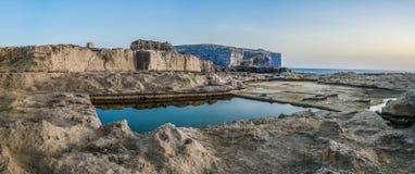 Reserva de agua cuadrada en la costa de mar rocosa, Gozo Fotografía de archivo libre de regalías