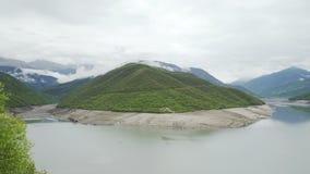 Reserva de agua de Zhinvali en el río Aragvi, Georgia metrajes