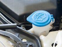 Reserva de agua del parabrisas del casquillo azul imagen de archivo libre de regalías