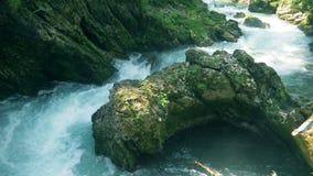Reserva de agua formada por un río de la montaña metrajes
