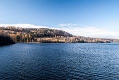 Reserva de agua de Kruzberk cerca de la ciudad de Vitkov en República Checa durante día agradable del otoño Fotografía de archivo