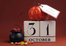 Reserva de Halloween el calendario de la fecha con la caldera Imágenes de archivo libres de regalías