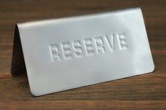 Reserva de la muestra del metal sobre el fondo de madera de la tabla del restaurante Fotografía de archivo libre de regalías