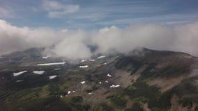 Reserva de naturaleza de Kronotsky sobre la península de Kamchatka Visión desde el vídeo de la cantidad de la acción del helicópt almacen de video