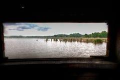 Reserva de naturaleza de madera del lago de la orilla de la cabina de la caza de Reed, het Vinne, Zoutleeuw, Bélgica Foto de archivo libre de regalías