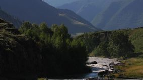 Reserva de naturaleza río Altai de la montaña Paisaje hermoso en las montañas río áspero, el concepto de libertad almacen de metraje de vídeo