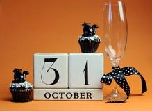 Reserva del feliz Halloween el calendario de bloque blanco de la fecha con los molletes del vidrio y del chocolate del champán Fotografía de archivo libre de regalías