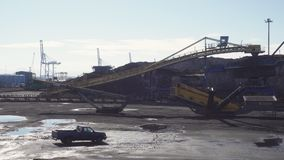 Reserva grande del carbón en el puerto de Tarragona almacen de metraje de vídeo