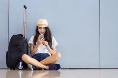 Reservación asiática de la mujer con smartphone en el aeropuerto imágenes de archivo libres de regalías