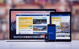reservación COM en el iPad favorable Apple del iPhone 7 de Apple mira y Macbook favorable fotos de archivo libres de regalías