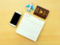 Reservación en línea del vuelo del aeroplano por el smartphone para el verano foto de archivo