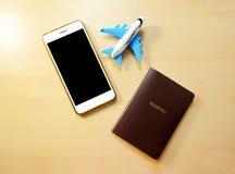 Reservación en línea del vuelo del aeroplano por smartphone fotografía de archivo libre de regalías