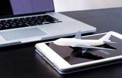Reservación en línea moderna del viaje de negocios, viaje de negocios de la tecnología foto de archivo libre de regalías