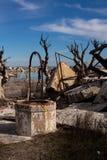 Reservatório abandonado velho em Epecuen Paisagem urbana desolada Casernas abandonadas do exército de Jordão na costa de mar inop fotografia de stock