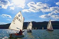 Reservatório Bulgária de Iskar da regata dos barcos de navigação Imagens de Stock Royalty Free