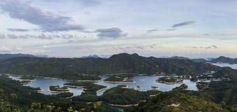 Reservatório com as mil ilhas sob a lua de aumentação Imagem de Stock
