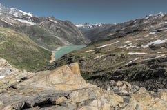 Reservatório da montanha nos cumes de Suíça fotografia de stock