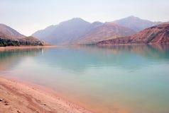 Reservatório de Charvak no alvorecer em Usbequistão foto de stock