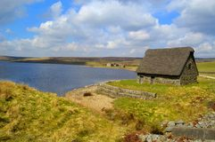 Reservatório de Grimwith e celeiro de Cruck Foto de Stock Royalty Free