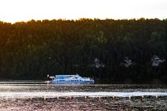 Reservatório de Pavlovsk, Rússia - 10 de agosto de 2018: balsa no fundo da floresta do mountaine, viagem do barco do verão foto de stock royalty free