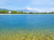 Reservatório de Qingxi com Jade Dragon Snow Mountain no fundo fotos de stock