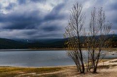 Reservatórios, árvores, reflexões e montanhas Reservatório de Jarosa do La foto de stock