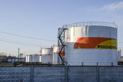 Reservatórios com combustível no depósito do óleo de Rosneft Tanques à vista do sol de ajuste fotografia de stock royalty free