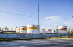 Reservatórios com combustível no depósito do óleo de Rosneft Tanques à vista do sol de ajuste fotos de stock royalty free