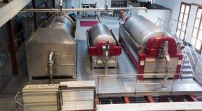 Reservatórios da fermentação com vinho branco na planta moderna fotos de stock royalty free