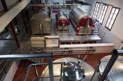 Reservatórios da fermentação com vinho branco na planta moderna imagens de stock royalty free