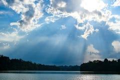 Reservatórios do feixe do sol do céu da nuvem fotografia de stock royalty free
