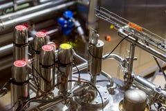 Reservatórios do metal em uma fábrica do refresco foto de stock royalty free