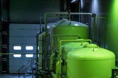Reservatórios do metal em uma fábrica do refresco imagem de stock