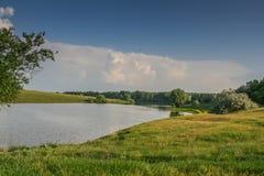 Reservatórios e shelterbelts do campo fotografia de stock royalty free