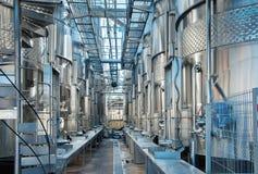 Reservatórios modernos enormes do metal para o vinho na fábrica do vinho imagem de stock royalty free