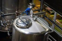 Reservatórios ou caldeira do metal em uma fábrica do refresco imagem de stock royalty free