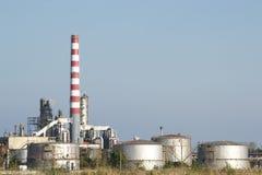 Reservatórios refrigerando da refinaria de petróleo imagem de stock royalty free