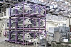 Reservdelar i en bilfabrik Arkivfoton