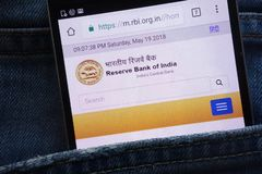 Reserve Bank de la página web de la India RBI exhibida en el smartphone ocultado en bolsillo de los vaqueros fotos de archivo libres de regalías