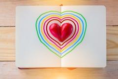 Reserve con las páginas y la forma abiertas del corazón de la arcilla en el centro fotografía de archivo libre de regalías