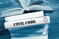 Reserve con palabra del código civil en la tabla en una sala de tribunal foto de archivo