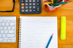reserve el cuaderno de la escuela de la preparación de la visión superior listo para añadir el texto o Imágenes de archivo libres de regalías