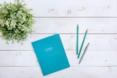 Reserve el Libro Blanco en los libros de la educación en una tabla de madera Estudio del concepto Fotos de archivo libres de regalías