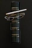 Reserve en el caso, los vidrios y la pluma de cuero Fotografía de archivo libre de regalías