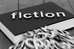 Reserve la novela con la ficción de la palabra y las letras borrosas que salen de las páginas Imagen de archivo libre de regalías