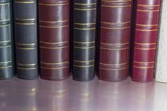 Reserve las espinas dorsales de los diversos colores de los libros viejos del cuero-límite imágenes de archivo libres de regalías