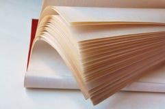 Reserve las páginas, libro a su vez, las hojas blancas de libros con las letras negras Fotos de archivo