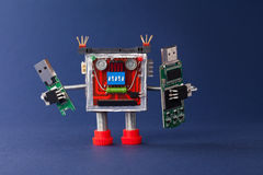 Reserveinformatieconcept Robot met de draagbare stok van de apparaten usb flits macromening, blauwe achtergrond stock fotografie
