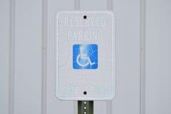 Reserverad parkering detta tecken för parkering för utrymmehandikapptappning Arkivfoto