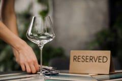 Reserverad tabell i kafé Royaltyfria Foton